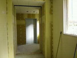 内装工事中のエレベーターや通路